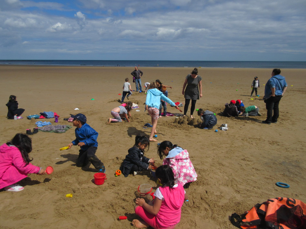 The children play on the beach